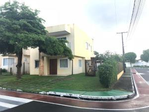 Excelente Casa na Estrada do Coco