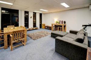 Warehouse Apartment + Netflix, Games Room and Sauna, Apartmanok  Melbourne - big - 1