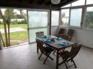 Appartamento con ampio giardino 19, Dovolenkové domy  Torre dell'Orso - big - 4
