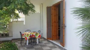 Appartamento con ampio giardino 19, Dovolenkové domy  Torre dell'Orso - big - 6