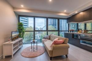 CBD Pink 2 Bedroom Deluxe Apartment@La Trobe Tower