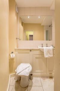 Idyllic Calton Hill Cottage, Apartmanok  Edinburgh - big - 17