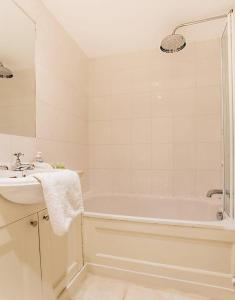 Idyllic Calton Hill Cottage, Apartmanok  Edinburgh - big - 9