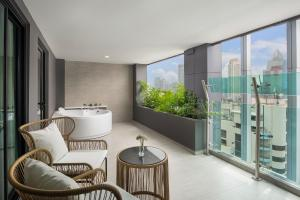 Grand Suite with Spa Bath and Club Sky Access