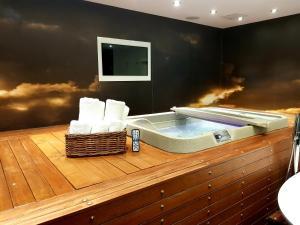 Drop Dead Gorgeous Splash Suite