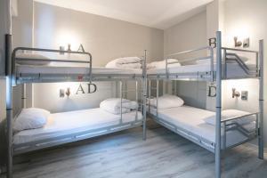 ドミトリールーム ベッド計4台のシングルベッド1台