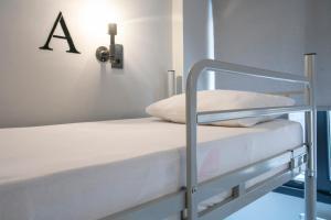 ドミトリールーム ベッド計6台のシングルベッド1台