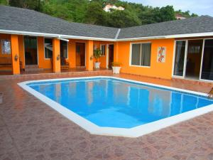 Spacious hillside villa with a large pool and sea views. Best by far in the area, Holiday homes  Whitehouse - big - 5