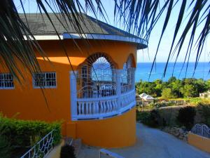 Spacious hillside villa with a large pool and sea views. Best by far in the area, Holiday homes  Whitehouse - big - 11
