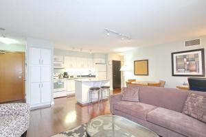 Pelican Suites at North York, Apartmány  Toronto - big - 17