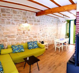 Traditional Suite with Green Patio in Vis town