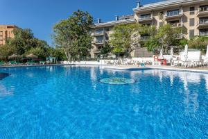 Vacaciones con vistas y piscina adulta e infantil.