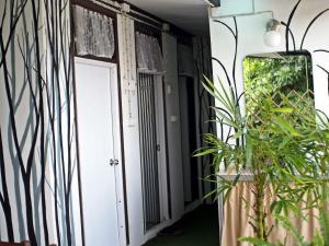 Dvoulůžkový pokoj s oddělenými postelemi a společnou koupelnou