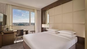 Værelse med kingsize-seng og udsigt til Eiffeltårnet