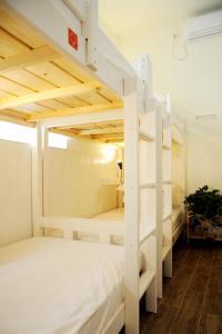 Stapelbed in slaapzaal voor mannen