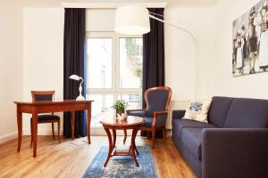 Family Room (2 Adults + 2 Children, new hard wood floor)