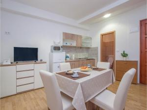 One-Bedroom Apartment in Sibenik, Apartments  Šibenik - big - 14