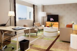King One-Bedroom Suite with Access to Executive Lounge
