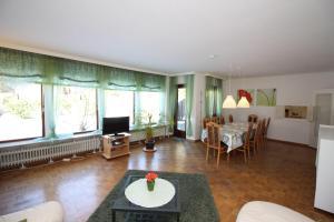 Am-Apfelgarten-Ferienhaus-in-Lueneburg-mit-eigenem-Garten-grosszuegig-ruhig-und-zentrumsnah