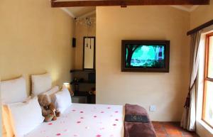 Habitación con cama extragrande y vistas al jardín