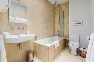 Splendid 3 Bed, 2 Bath apt in East London, Apartmanok  London - big - 5