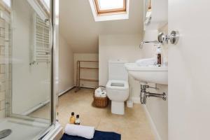 Splendid 3 Bed, 2 Bath apt in East London, Apartmanok  London - big - 3