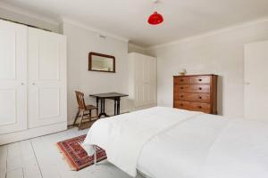 Splendid 3 Bed, 2 Bath apt in East London, Apartmanok  London - big - 2