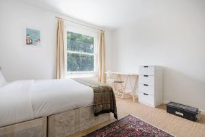 Splendid 3 Bed, 2 Bath apt in East London, Apartmanok  London - big - 24