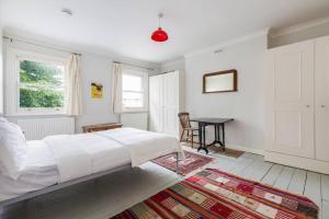 Splendid 3 Bed, 2 Bath apt in East London, Apartmanok  London - big - 18