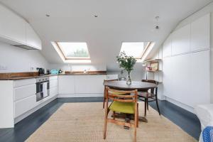 Splendid 3 Bed, 2 Bath apt in East London, Apartmanok  London - big - 11