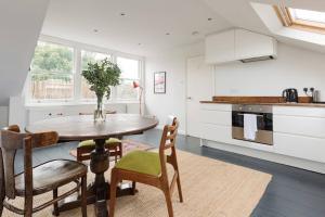 Splendid 3 Bed, 2 Bath apt in East London, Apartmanok  London - big - 6