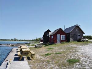 Three-Bedroom Holiday Home in Katthammarsvik, Prázdninové domy  Katthammarsvik - big - 9