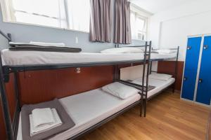 プライベートルーム ベッド4台付 共用バスルーム