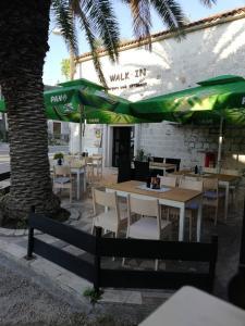 Hostel Trogir Pool 2, Bed and breakfasts  Trogir - big - 2