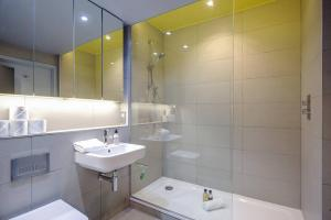 Modern, Design 1 Bed apt sleeps 4 in Waterloo, Apartmanok  London - big - 4