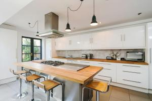 Beautiful 4 Bed House w/Garden in North London, Apartmanok  London - big - 23