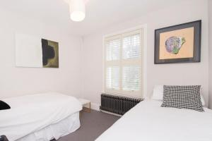 Beautiful 4 Bed House w/Garden in North London, Apartmanok  London - big - 16