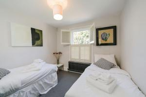 Beautiful 4 Bed House w/Garden in North London, Apartmanok  London - big - 12