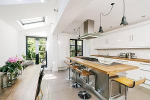 Beautiful 4 Bed House w/Garden in North London, Apartmanok  London - big - 10