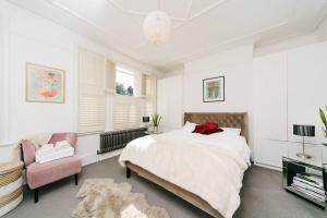 Beautiful 4 Bed House w/Garden in North London, Apartmanok  London - big - 2