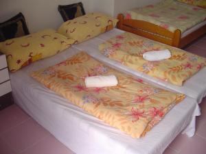 Dvoulůžkový pokoj s manželskou postelí a vlastní koupelnou – přízemí