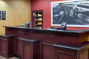 Hampton Inn & Suites Buda, Отели  Буда - big - 48