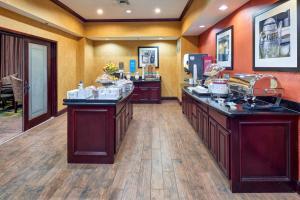 Hampton Inn & Suites Buda, Отели  Буда - big - 53