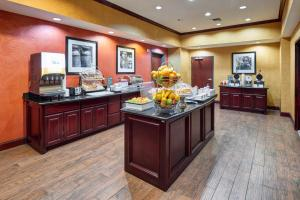 Hampton Inn & Suites Buda, Отели  Буда - big - 54