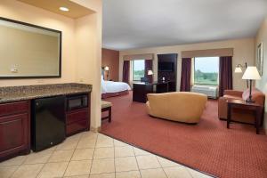 Hampton Inn & Suites Buda, Отели  Буда - big - 41