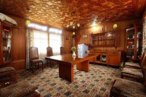 Houseboat for a group in Sri Nagar, by GuestHouser 23967, Hotels  Srinagar - big - 24