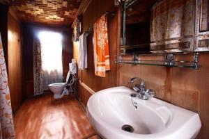 Houseboat for a group in Sri Nagar, by GuestHouser 23967, Hotels  Srinagar - big - 19