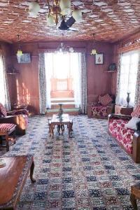 Houseboat for a group in Sri Nagar, by GuestHouser 23967, Hotels  Srinagar - big - 27