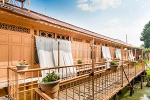 Houseboat with Jaccuzi on Nigeen Lake, by GuestHouser 4834, Hotely  Srinagar - big - 1