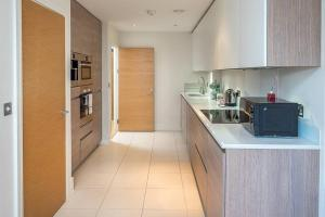 Modern 3 Bed, 2 Bath flat w/Garden in East Acton, Apartmány  Londýn - big - 5